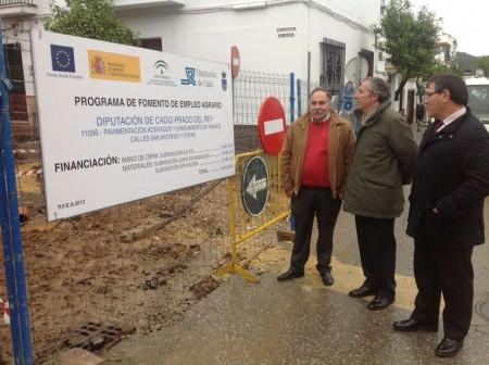 El subdelegado del Gobierno, entre el alcalde de Prado del Rey y el diputado provincial Bernardo Villar.