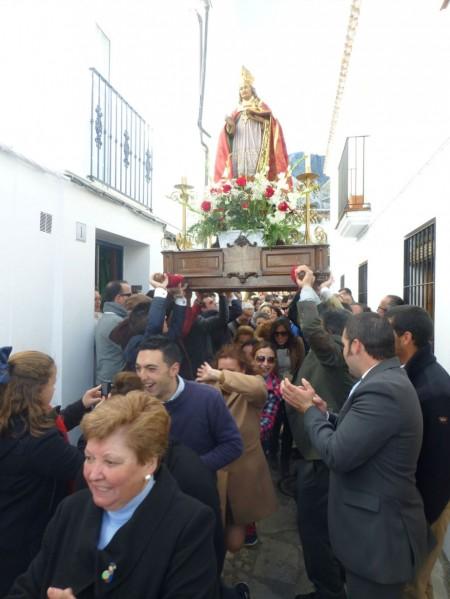 """El procesional es recibido bajo los acordes de """"Bailando""""."""