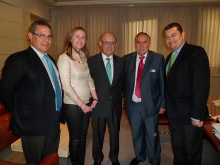 El ministro de Hacienda, Cristóbal Montoro, con el alcalde de Prado del Rey y otros representantes del PP.