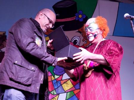 El pregonero recibe de manos del alcalde un recuerdo conmemorativo.