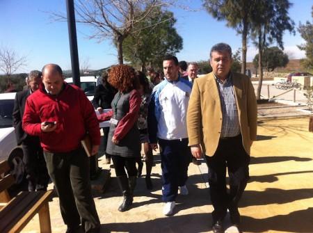 El alcalde de Puerto Serrano, Francisco Javier Gómez, y el delegado territorial de Turismo, Manuel Cárdenas, en la Vía Verde.
