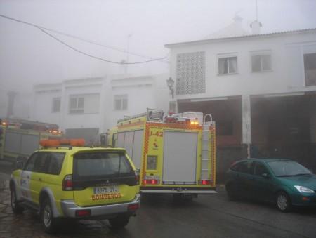 Vehículos de bomberos en la zona del incendio.