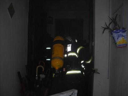Los bomberos, en el interior de la vivienda.