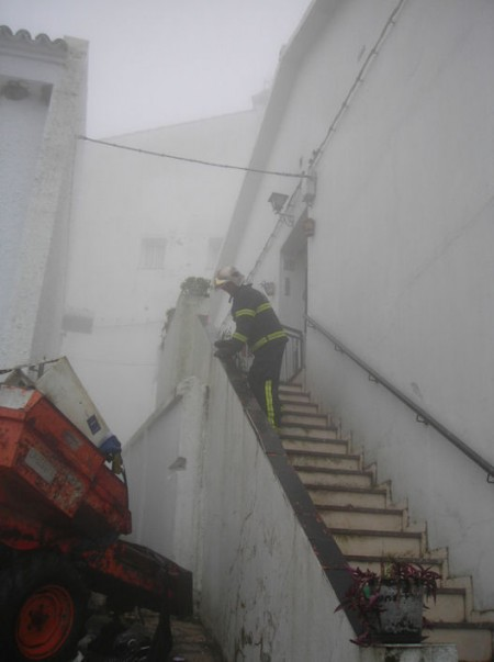 Un bombero ante la entrada de la vivienda siniestrada.