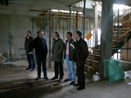 El subdelegado del Gonbierno, Javier de Torre, con el alcalde de Zahara de la Sierra, Juan Nieto.