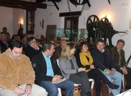 La presidenta del PP de El Gastor, Silvia Muñoz, con dirigentes del PP provincial.