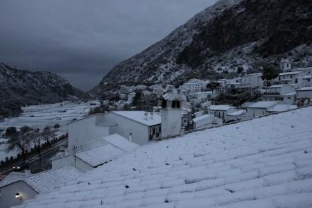 Primera nevada del año en Villaluenga del Rosario, el 28 de febrero de 2013.