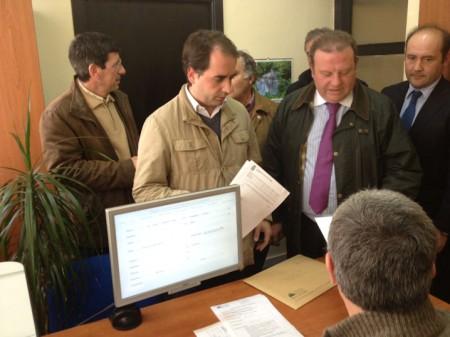 Dirigentes del PP presentan su solicitud en el registro de la Mancomunidad de Municipios de la Sierra de Cádiz.