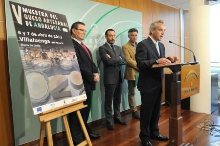 El alcalde de Villaluenga, Alfonso Moscoso, en la presentación de la muestra del queso.