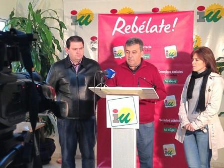 Manuel Cárdenas (en el centro), junto a Dolores Caballero y Pedro Romero, en la rueda de prensa en Arcos de la Frontera.