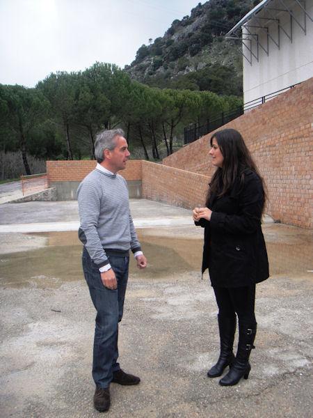 Alfonso Moscoso y María José Lara en los terrenos acondicionados por el Ayuntamiento de Grazalema para la ubicación de las pistas de pádel.
