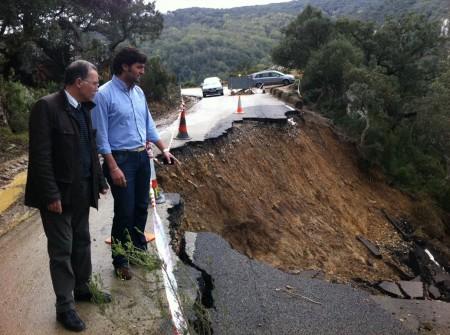 El diputado provincial Eduardo Párraga, con el alcalde de Jimena, en la carretera del Puerto de Gáliz.