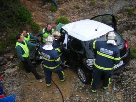 Bomberos y guardias civiles, en el rescate de uno de los heridos.