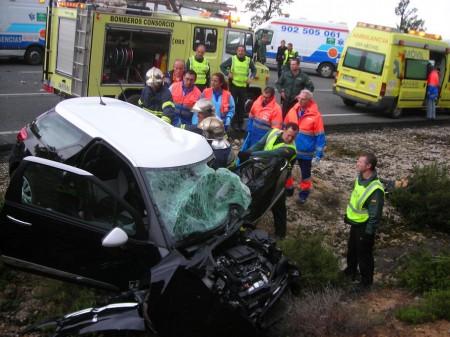Bomberos, guardias civiles y sanitarios, en el rescate de uno de los heridos.