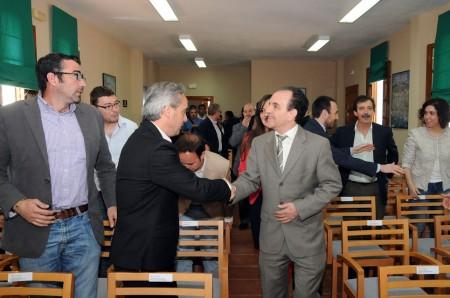 El consejero de Turismo saluda al diputado provincial Alfonso Moscoso.