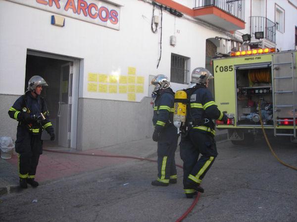 Los bomberos, durante su actuación.