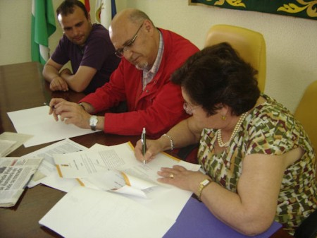 María Barrera y el alcalde de Olvera firman el protocolo de donación.