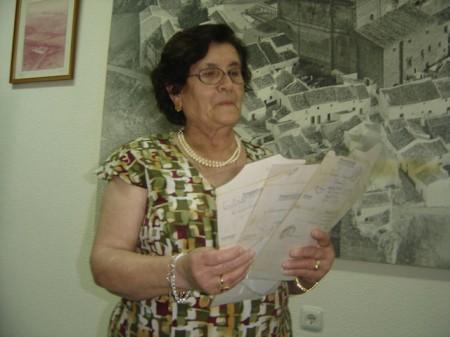 María Barrera, con las cartas de su padre.