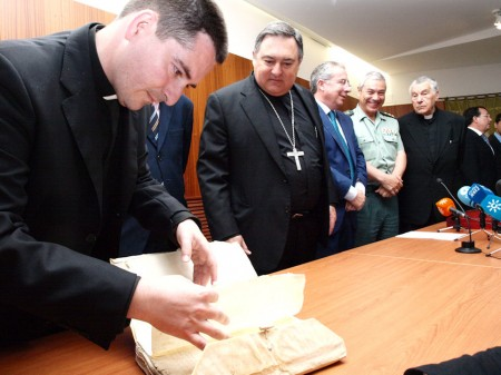 Participantes en el acto de presentación de los manuscritos recuperados.
