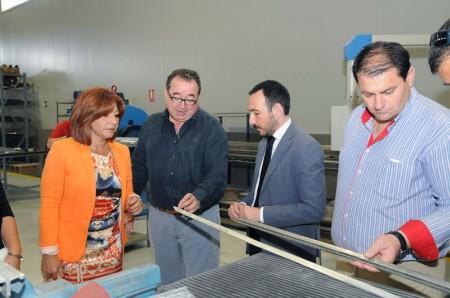 López Gil, con el empresario y el alcalde de Espera, en la planta de industria aeronáutica.