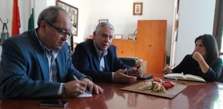 Cornejo y Menacho, con la alcaldesa de El Gastor.