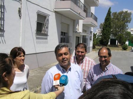 El delegado territorial de Fomento y Vivienda, con los alcaldes de Villamartín, Espera y Alcalá del Valle.