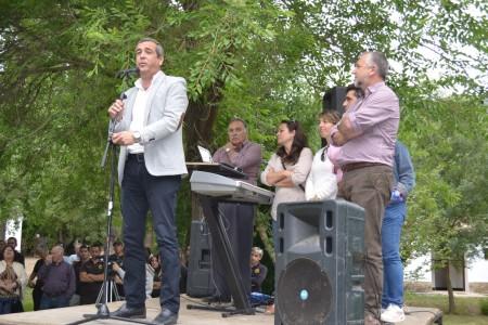 El diputado de Desarrollo y Bienestar Social, Antonio García, con el alcalde de Zahara, Juan Nieto, y otros representantes políticos.
