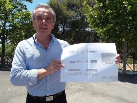 El alcalde de Villaluenga, Alfonso Moscoso, con los planos de la Escuela del Queso.