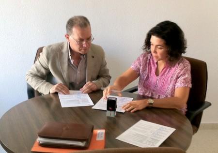 El diputado provincial de Infraestructuras, Eduardo Párraga, y la alcaldesa de Torre Alháquime, Natalia Ruiz.