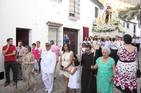 La alcaldesa y el párroco, al frente de la comitiva.