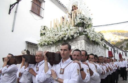 El paso de la Virgen, llevado a hombros.