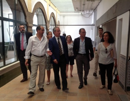 El subdelegado del Gobierno, Javier de Torre, con el alcalde de Villamartín, Juan Luis Morales.