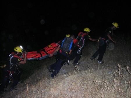 Rescate del cadáver del parapentista por los bomberos.
