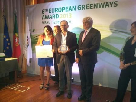 El presidente de la Vía Verde de la Sierra, Eduardo Párraga, recoge el premio.