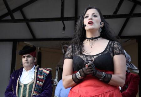 La alcaldesa de Grazalema, María José Lara, con atuendo de época, durante su intervención.