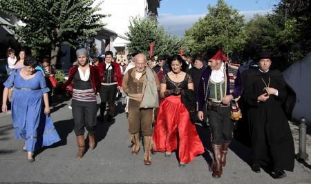 El actor Álvaro de Luna, con la alcaldesa de Grazalema, María José Lara, y otros recreantes.