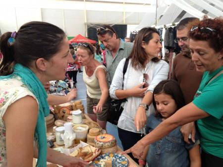 Expositor de quesos artesanales de Algodonales en la I Feria de Oportunidades.