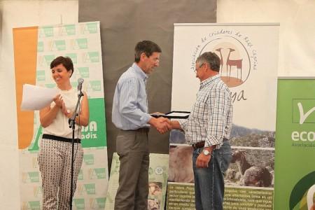 El alcalde de Benaocaz entrega un premio en la Feria de Ganado.