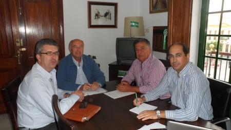 El alcalde de Villamartín, con los representantes de la comunidad de regantes.