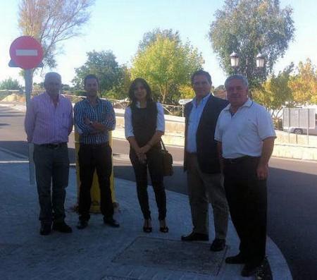 El diputado provincial Bernardo Villar y la alcaldesa de El Bosque, Inmaculada Gil, entre otros, en la visita a la rotonda.