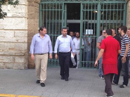 El alcalde de Espera, Pedro Romero, junto con el coordinador provincial de IU, Manuel Cárdenas, a la salida del encierro en la Diputación.