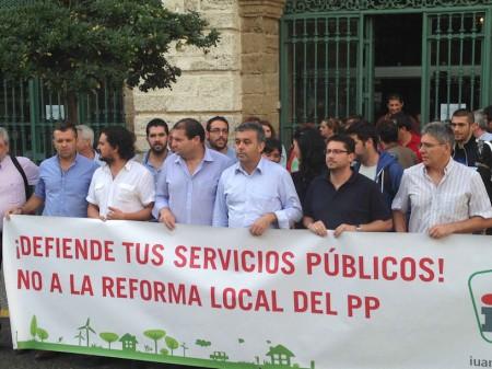 El alcalde de Espera, con otros representantes de IU, con una pancarta en contra de la reforma de la administración local del PP.