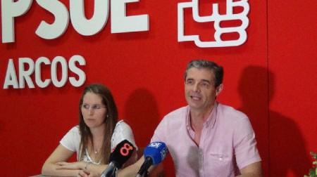 El portavoz socialista de Arcos, en rueda de prensa.