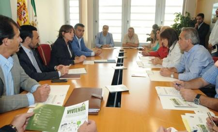 La consejera de Vivienda, con los representantes municipales.