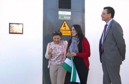 La alcaldesa de Grazalema, tras  descubrir la placa conmemorativa de la puesta en servicio de la nueva línea. Junto a ella, la delegada territorial de Economía e Innovación de la Junta de Andalucía y el director de Endesa de la división Andalucía Occidental y Extremadura.