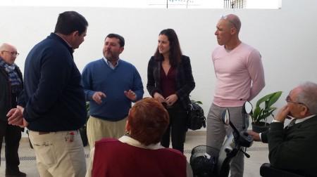 El diputado del PP conversa con el alcalde de Espera.
