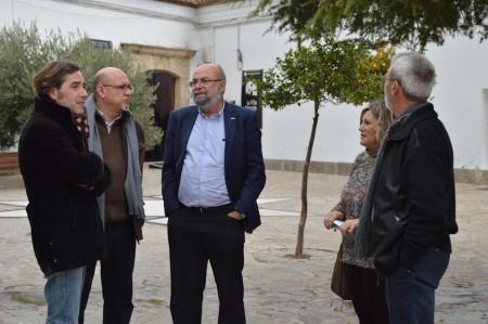 El viceconsejero de Turismo, con el alcalde y otros miembros de la corporación de Olvera.