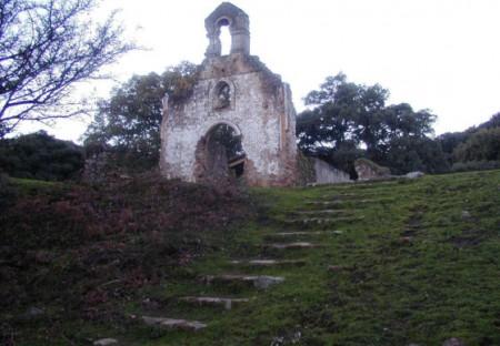 Antigua ermita del valle de la Sauceda, semiderruida.