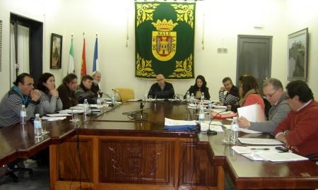 Asistentes al pleno del Ayuntamiento de Olvera.