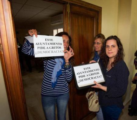 Protesta en el Ayuntamiento de El Bosque (Foto difundida por el PA).